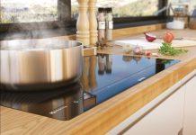 Indukciós főzőlapon történő főzés acél edénnyel.