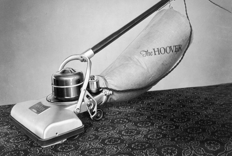 A Hoover gyártó egyik első elektromos porszívóját ábrázolja a kép